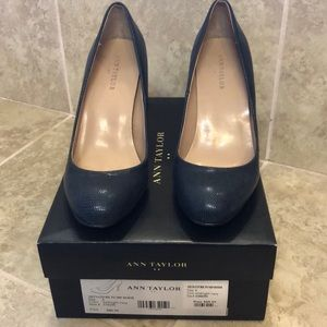 EUC Ann Taylor Navy blue pumps